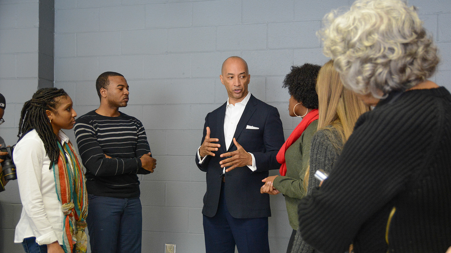 Byron Pitts discusses with a group of students